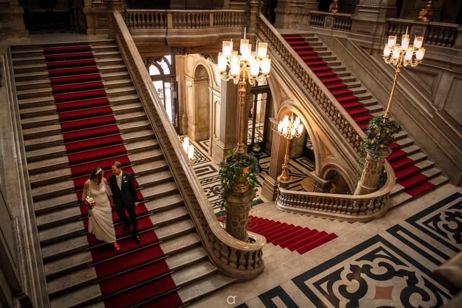 Noivos na escadaria da Câmara Municipal de Lisboa