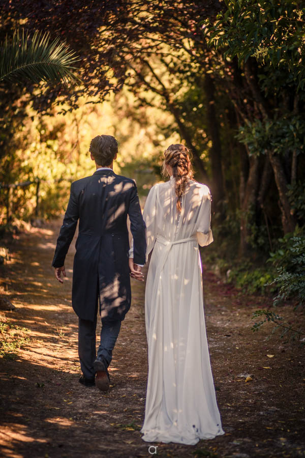 Retrato dos noivos a caminhar