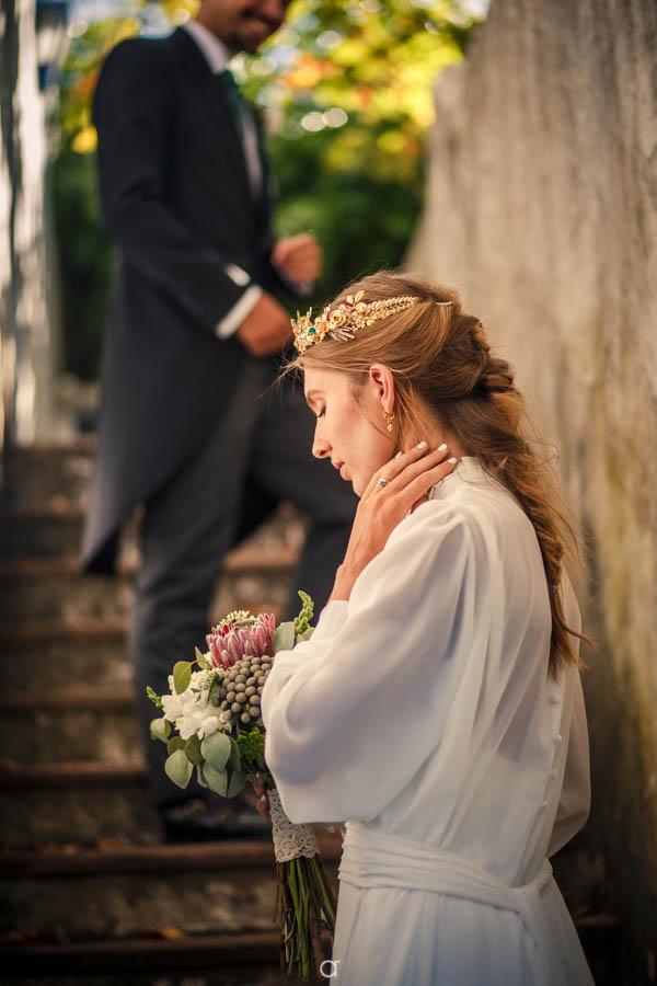 Noiva com coroa dourada
